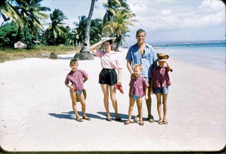 Sur la plage de Raména en 1955-56, les parents et les 3 frères (le dernier n'est pas encore né)