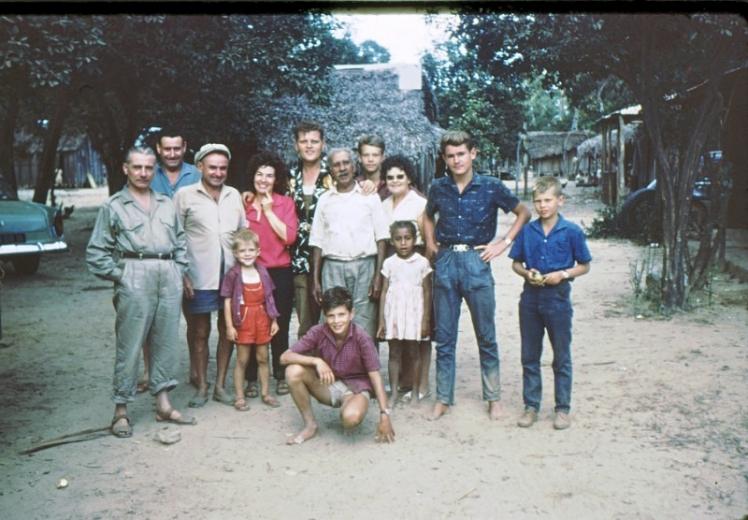 Toute la famille avec des amis en brousse, chez le père Olivier
