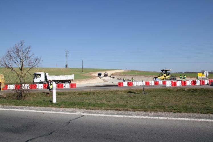 Le 23 mars 2011 - Les travaux avancent bien.La 1ère moitié du Rond-Point se termine.